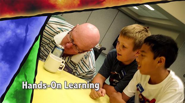 Escola revoluciona sala de aula ao colocar crianças e idosos para aprenderem uns com os outros
