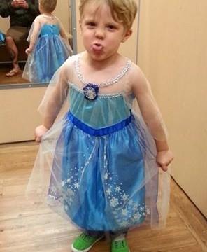 Este menino escolheu usar a fantasia da princesa Elsa, de 'Frozen', no Halloween