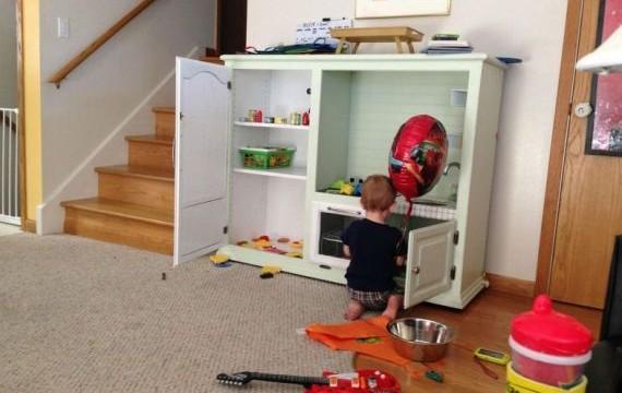 Pai dá minicozinha de presente para filho de 2 anos e detona comentários maldosos