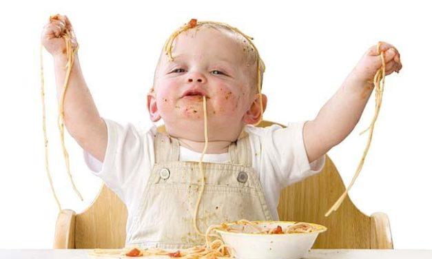 Quando meu filho conseguirá comer sozinho?