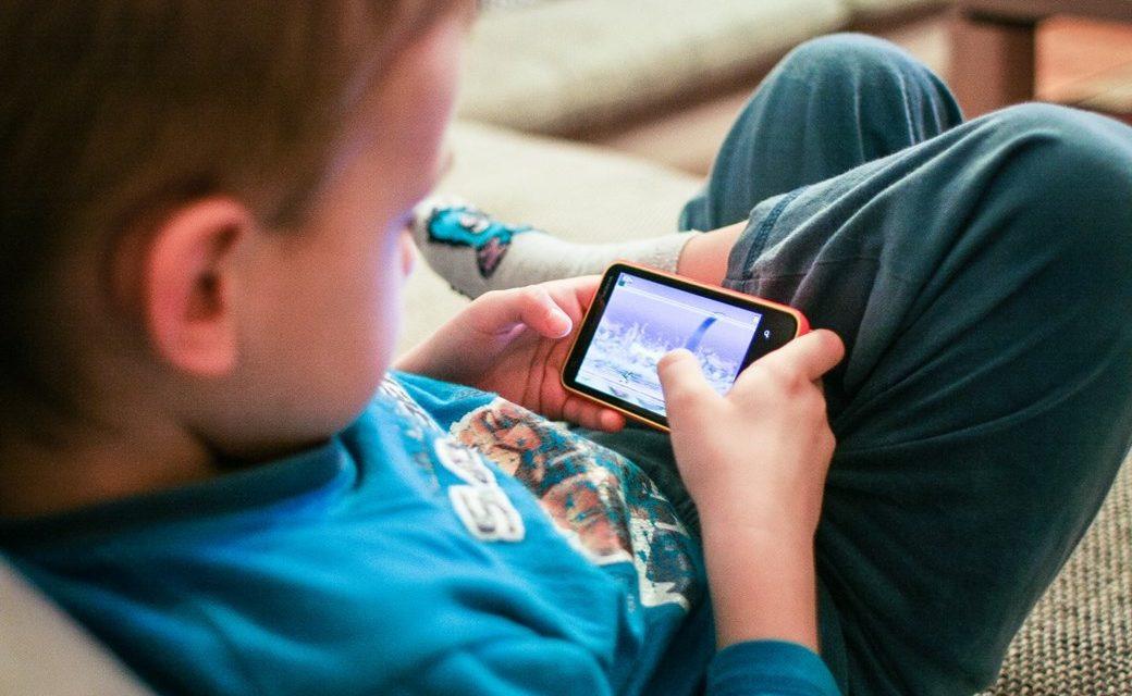 Nas férias, não deixe seu filho o dia todo em frente às telas