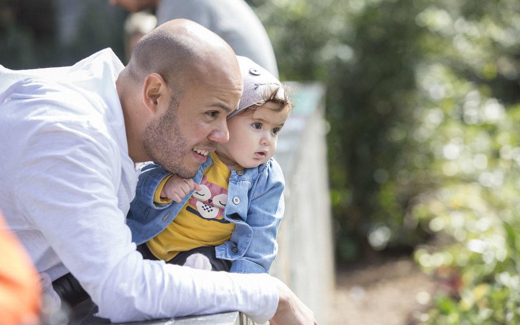Homens estão passando mais tempo com seus filhos, mas licença-paternidade estendida só é realidade em 12% das empresas