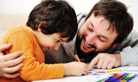 Como os pais podem ajudar os filhos com a lição de casa